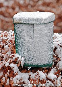 Ansichtkaart groene brievenbus in de sneeuw